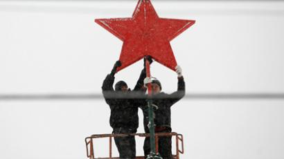 Workers remove a star as they dismantle a Christmas tree in a square in Russia's southern city of Stavropol (REUTERS/Eduard Korniyenko)