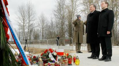 Dmitry Medvedev and Bronislaw Komorowski in Smolensk on the first anniversary of the presidential plane crash (photo from www.kremlin.ru)