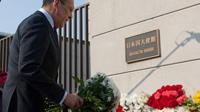 Russian Foreign Minister Sergei Lavrov laid flowers at the Japanese Embassy in Moscow (RIA Novosti / Anton Belitskiy)