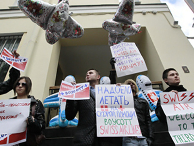 Gay activists picket Swiss Airlines Moscow office (RIA Novosti / Andrey Stenin)