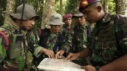 Indonesian marines study a map with the location of the crash, during a briefing at Halimun National Park near Bogor May 10, 2012. (Reuters/Beawiharta)