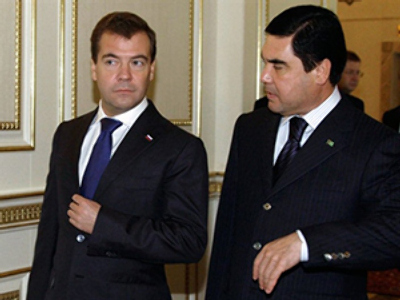 Russian President Dmitry Medvedev (L) walks with his Turkmen counterpart Gurbanguly Berdymukhamedov on October 22, 2010 in the city of Turkmenbashi (AFP Photo / RIA Novosti / Kremlin Pool / Dmitry Astakhov)