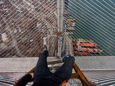 Three young thrill-seekers scale two giant bridges in Vladivostok just to take stunning photos of the city (image from vk.com)