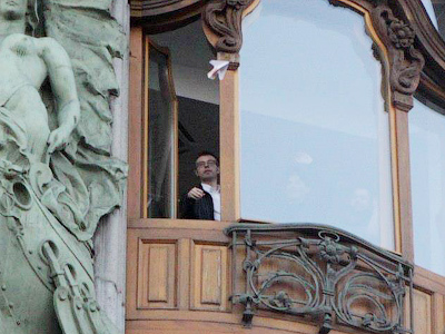 Pavel Durov throwing money out of his window (photo from www.facebookru.com)