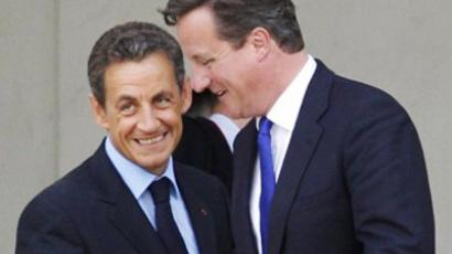 Nicolas Sarkozy (L) and David Cameron (AFP Photo / Patrick Kovarik)