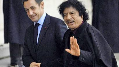 French President Nicolas Sarkozy (L) greets Libyan leader Moamer Kadhafi, 12 December 2007, at the Elysee Palace in Paris, before their meeting (AFP Photo / Stephane De Sakutin)