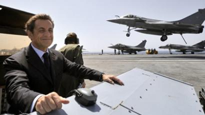 France's President Nicolas Sarkozy looks at a Rafale jet fighter landing on the deck of the Charles-de-Gaulle aircraft carrier off the French Mediterranean coast on June 10, 2010 (AFP Photo / Pool / Philippe Wojazer)