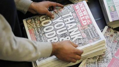 The last edition of Murdoch's News of the World tabloid hits the streets (AFP Photo / Carl Court)