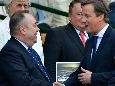 David Cameron (R) shakes hands with the First Minister of Scotland, Alex Salmond (Reuters / Toby Melville)