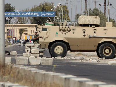An Egyptian soldier stands guard at the Egyptian Rafah crossing, north of Sinai, August 22, 2011 (Reuters)