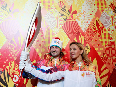 Russian ice dancers Tatyana Navka (R) and Ilya Averbukh hold the Olympic torch for the Sochi 2014 Winter Olympics during a presentation ceremony in Moscow.(Reuters / Maxim Shemetov)