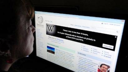 A journalist reads information on the online encyclopedia Wikipedia on January 17, 2012 in Washington, DC (AFP Photo / Karen Bleier)