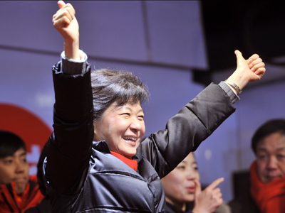 South Korea's presidential candidate Park Geun-Hye (C) of the ruling New Frontier Party waves to her supporters during her election campaign in Seoul (AFP Photo / Jung Yeon-Je)