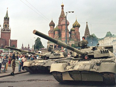 U.R.S.S., Moscow: A picture taken on August 19, 1991 shows Soviet Army tanks parked near Spassky gate, an entrance to the Kremlin and Basil's Cathedral  in Moscow's Red Square after a coup toppled Soviet President Mikhail Gorbachev. (AFP Photo / Dima Tanin)