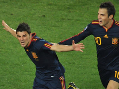 Spain's striker David Villa (L) celebrates with Spain's midfielder Cesc Fabregas (AFP Photo / Roberto Schmidt)
