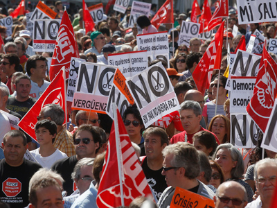 Demonstrators holding banners protest against further tax hikes and austerity cuts in Madrid October 7, 2012 (Reuters / Andrea Comas)
