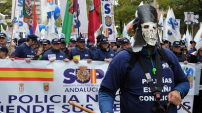 Spanish police officers hold banners of the Unified Police Union (SUP) as they take part in a demonstration against the Spanish government's latest austerity measures in the center of Madrid on November 17, 2012 (AFP Photo / Dominique Faget)