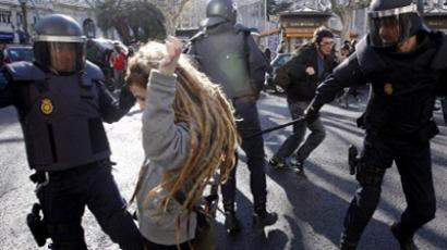 A riot Police officer wields his baton towards a protester during clashes following a demonstration in Valencia on February 20, 2012 (AFP Photo / Toni Gutierrez)
