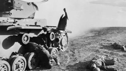 Fallen Nazi soldiers near a tank on the steppe outside Stalingrad (RIA Novosti / Georgy Zelma)