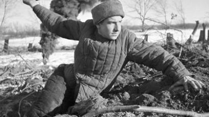 A soldier going to throw a grenade, Stalingrad, 1942 (RIA Novosti / Zelma)