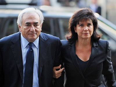 UNITED STATES, New York : Former IMF head Dominique Strauss-Kahn (L) and his wife Anne Sinclair (R) arrive for a hearing at Manhattan State Supreme Court June 6, 2011 in New York. AFP PHOTO/Stan HONDA