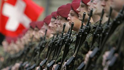 Switzerland, Bern : A Swiss Army honor guard stands. (AFP Photo /  Fabrice Coffrini)