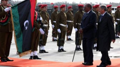 Libya's National Transitional Council's chief, Mustafa Abdel Jalil (R) and Sudanese President Omar al-Bashir (L) review the honor guard during a welcoming ceremony in the capital Tripoli on January 7, 2012 (AFP Photo / Mahmud Turkia)