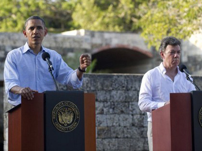 Barack Obama (L) and Juan Manuel Santos (AFP Photo / Saul Loeb)