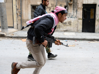 Syrian rebels run to take position in the Bustan al-Basha district in the northern city of Aleppo on October 26, 2012 (AFP Photo / Philippe Desmazes)