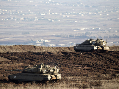 Israeli Merkava tanks take position in the Israeli-annexed Golan Heights overlooking the Syrian village of Breqa (AFP Photo / Jack Guez)