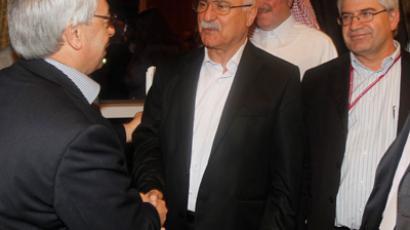 Syrian National Council member George Sabra (C) shakes hands with Syrian National Council (SNC) chief Abdel Basset Sayda after the results of the 11-member executive committee in Doha November 9, 2012 (Reuters / Mohammed Dabbous)