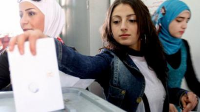A Syrian woman casts her vote on a new constitution at a polling station in Damascus on February 26, 2012 (AFP Photo / LouaiBeshara)
