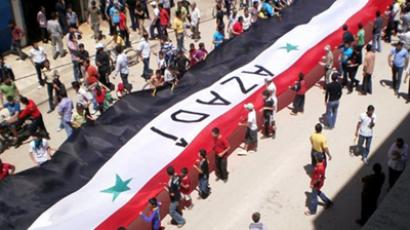Syrian Kurds hold a huge Syrian flag during a pro-democracy demonstration calling for political changes in Syria in the predominantly Kurdish northern Syrian city of Qamishli on May 27, 2011 (AFP PHOTO)