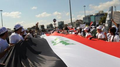 People hold a huge Syrian flag as they take part in a demonstration gathering activists (AFP Photo / BULENT KILIC)