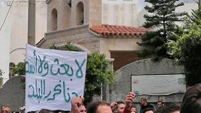 "SYRIA, BANIAS : A picture taken by a mobile phone shows Syrian anti-government protesters holding a banner ""No Baath party, no Assad. We want to liberate the country"" during a demonstration in Banias in northeastern Syria on April 22, 2011 (AFP PHoto)"