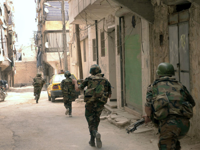 Syrian government forces running during fighting with rebels in Tal al-Zarazir neighbourhood of the northern city of Aleppo on September 29, 2012 (AFP Photo / SANA)