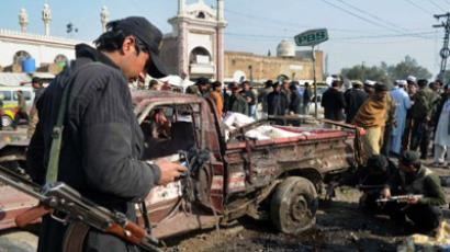 Pakistani security personnel examines the site of a bomb blast in Jamrud (AFP Photo / A. MAJEED)