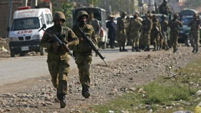 Pakistani army soldiers run towards a gun battle with Taliban militants near Peshawar's airport December 16, 2012.  (Reuters / Khuram Parvez)