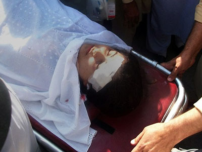 Pakistani hospital workers carry injured Malala Yousafzai, 14, on a stretcher at a hospital following an attack by gunmen in Mingora on October 9, 2012. (AFP Photo)