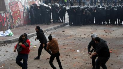 Egyptian riot police try to quell clashes between opponents and supporters of President Mohamed Morsi in the Mediterranean coastal city of Alexandria on December 21, 2012 (AFP Photo / Mahmud Hams)