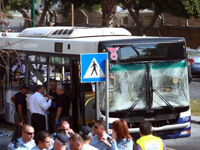 Israeli police gather after a blast ripped through a bus near the defence ministry in Tel Aviv on November 21, 2012. (AFP Photo / Daniel Bar-On)
