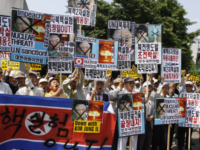 Anti-North Korea protesters chant slogans and hold signs denouncing North Korea's nuclear test, in Seoul May 25, 2009. (Reuters / Lee Jae Won)