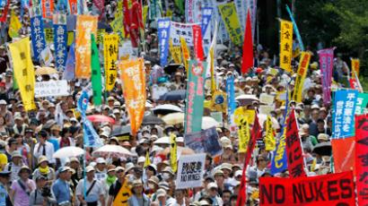 Protesters march during an anti-nuclear demonstration demanding a stop to the operation of nuclear power operations in Tokyo July 16, 2012 (Reuters / Kim Kyung Hoon)