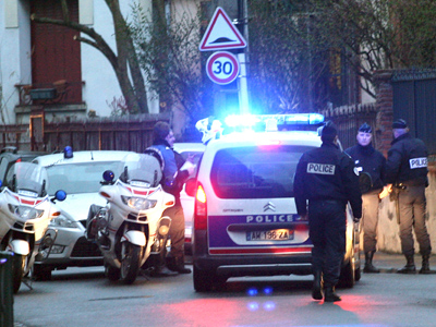 Police forces block a street during a raid on a house to arrest suspects in the killings of three children and a rabbi on Monday at a Jewish school, in Toulouse March 21, 2012 (Reuters / Pascal Parrot)
