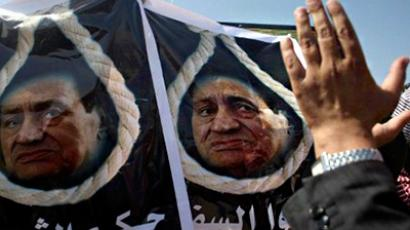 Egyptians carry posters showing Egypt's ousted president behind a noose as they gather outside the court set up in the Cairo Police Academy, August 03, 2011 for his trial and that of his two sons (AFP Photo / Marwan Naamani)