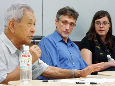 Clifton Truman Daniel (C) looks at Hiroshima A-bomb survivor Nobuo Miyake (L), 83, at a symposium at the University of Tokyo on August 3, 2012 (AFP Photo / Shingo Ito)