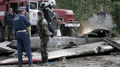 Police officers and Russian Ministry of Civil Defense employees sift through the wreckage of RusAir's TU 134 airplane that crash-landed near Petrozavodsk airport of Besovets (RIA Novosti/Alexey Danichev)