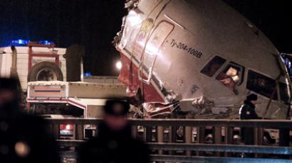 A truck removes the cabin of the Tu-204 jet from its crash site near the Vnukovo airport outside Moscow on December 29, 2012. (AFP Photo / Natalia Kolesnikova)