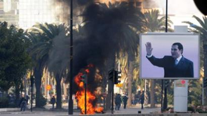 Smoke rises from fire left after clashes between security forces and demonstrators in Tunis (AFP Photo / FETHI BELAID)