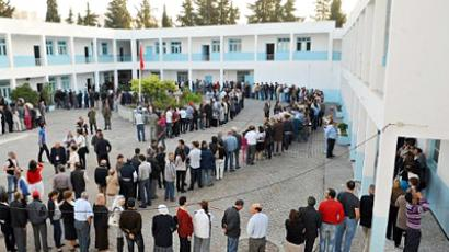 Tunisia, Tunis : Tunisians wait in a line on October 23, 2011, outside a polling station in Tunis. (AFP Photo / Fethi Belaid)
